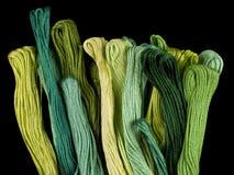 Ponga verde los hilados coloreados Fotos de archivo