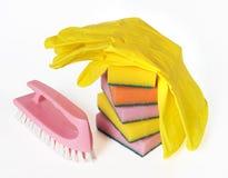 Éponges, balai et gants en caoutchouc Images libres de droits