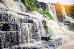 Pongour baja cascada hermosa en la estación de la lluvia, dalat, viet Foto de archivo