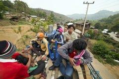 PONGSALI,老挝- 2014年4月:乘客旅途公共汽车屋顶上面  免版税库存照片