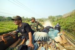 PONGSALI,老挝- 2014年4月:乘客旅途公共汽车屋顶上面  库存照片