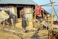 PONGSALI,老挝- 2014年4月:土产部族Akha村庄 免版税库存图片