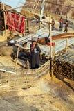 PONGSALI LAOS - APRIL 2014: infödd stam- Akha by Royaltyfri Bild