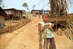 PONGSALI LAOS, KWIECIEŃ, - 2014: miejscowy plemienny miejscowego Akha dzieciak Zdjęcia Royalty Free