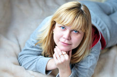Poniendo 40 años de mujer Imágenes de archivo libres de regalías