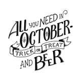 Poniendo letras a la cita toda usted necesita en octubre - engañe y trate y cerveza Composición de las letras Banderas de la esta Fotos de archivo
