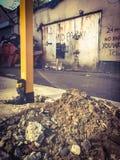Poniendo los posts del estacionamiento en el frente de una propiedad enfrente del lado del edificio por completo sin señal de pel Foto de archivo