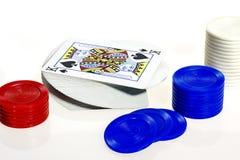 {poniendo tarjetas junto con chicps del póker del rojo azul y del blanco Fotografía de archivo libre de regalías