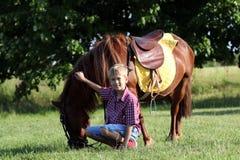 Ponnyhäst och pojke royaltyfria bilder