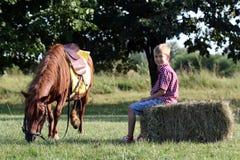 Ponnyhästhusdjur och pojke Royaltyfria Bilder