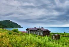PONOMOREVKA, het GEBIED van IRKOETSK, RUSLAND - Juli, 28 2016: Oude barakken sinds bouw van spoorweg circum-Baikal op 107 kilomet Royalty-vrije Stock Fotografie