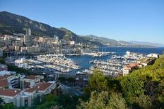 Ponorama Monaco op de waterkant en jachten in de jachthaven Royalty-vrije Stock Afbeeldingen