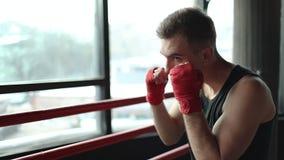 Ponsen vooruit in de ring stock footage