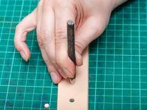 Ponsengat in nieuwe riem met staalstempel royalty-vrije stock fotografie
