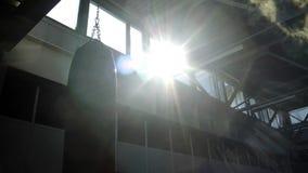 Ponsenzak het hangen in zonlicht stock videobeelden