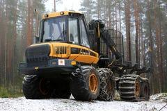 PONSSE麋运输业者在有雾的冬天森林里 库存图片
