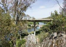Ponsul flod, allmän sikt och gamla och nya broar i Beira Baixa, Portugal Royaltyfri Foto