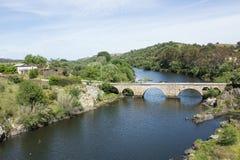 Ponsul flod, allmän sikt och gammal bro i Beira Baixa, Portugal Royaltyfri Bild