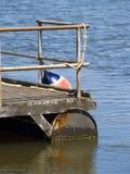Pontón con los pasamanos de acero y bouy Foto de archivo libre de regalías