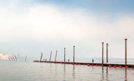 Pontón del amarre del barco en día de invierno de niebla Fotografía de archivo