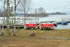 Pontón en la orilla del agua del lago Seliger Imagen de archivo