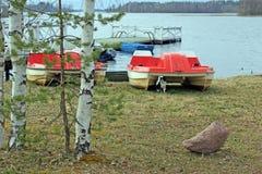 Pontón en la orilla del agua del lago Seliger Fotos de archivo