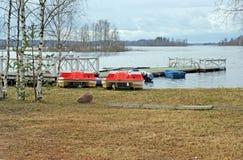 Pontón en la orilla del agua del lago Seliger Imágenes de archivo libres de regalías