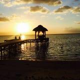 Pontón en la playa de Mauricio en la puesta del sol Imágenes de archivo libres de regalías