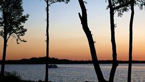 Pontón en un lago hermoso minnesota después de la puesta del sol almacen de video