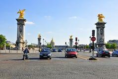 Pont亚历山大III与Invalides的北部前面在巴黎。 库存照片