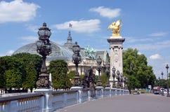 Pont亚历山大III桥梁和盛大宫殿,巴黎法国。 库存图片