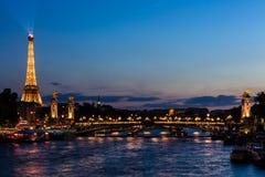 Pont亚历山大III桥梁和艾菲尔铁塔在晚上 巴黎, Fran 库存照片
