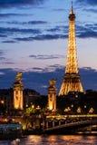 Pont亚历山大III桥梁和艾菲尔铁塔在晚上 巴黎, Fran 免版税图库摄影