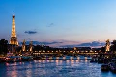 Pont亚历山大III桥梁和艾菲尔铁塔在晚上 巴黎, Fran 免版税库存照片