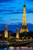 Pont亚历山大III桥梁和艾菲尔铁塔在晚上 巴黎, Fran 免版税库存图片
