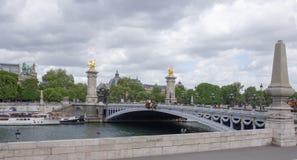 Pont亚历山大lll的看法 在桥梁上是步行者 免版税库存图片