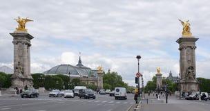 Pont亚历山大lll的看法 在桥梁上是步行者a 免版税图库摄影