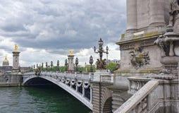 Pont亚历山大lll的看法 在桥梁上是步行者a 免版税库存图片