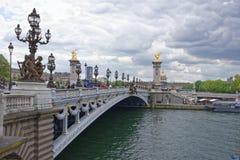 Pont亚历山大lll的看法 在桥梁上是步行者a 库存照片