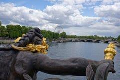 Pont亚历山大lll的看法 塞纳河的若虫 库存照片
