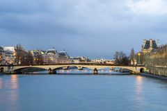 Pont澳大利亚变动桥梁和La Conciergerie巴黎,法国 图库摄影