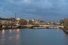 Pont澳大利亚变动桥梁和La Conciergerie巴黎,法国 免版税库存图片