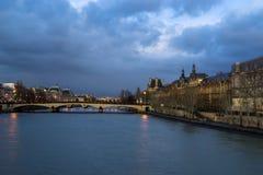 Pont澳大利亚变动桥梁和La Conciergerie巴黎,法国 库存照片