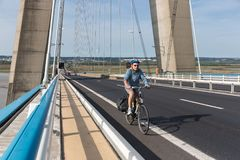 Pont的de Normandie,在河塞纳河的法国桥梁骑自行车者 免版税库存照片