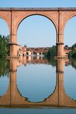 Pont à Albi et sa réflexion, France Photo stock