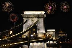 Pont à chaînes de Szechenyi avec des feux d'artifice, Budapest photographie stock