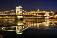 Pont à chaînes de Szechenyi contre Buda Castle images stock