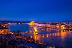 Pont à chaînes et bâtiment du Parlement à Budapest, Hongrie Photographie stock