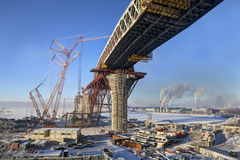 Pont à deux étages en route de construction à travers le canal de mer du Saint-pe Photo libre de droits