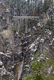 Pont à l'arrière-plan neigeux de falaise image stock